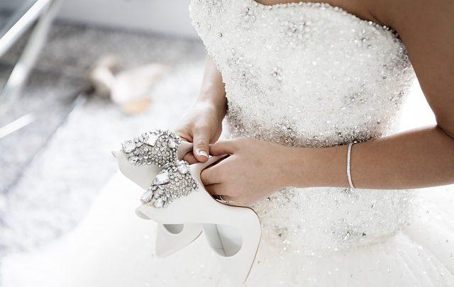 Menyasszonyi ruha, kristályokkal díszítve